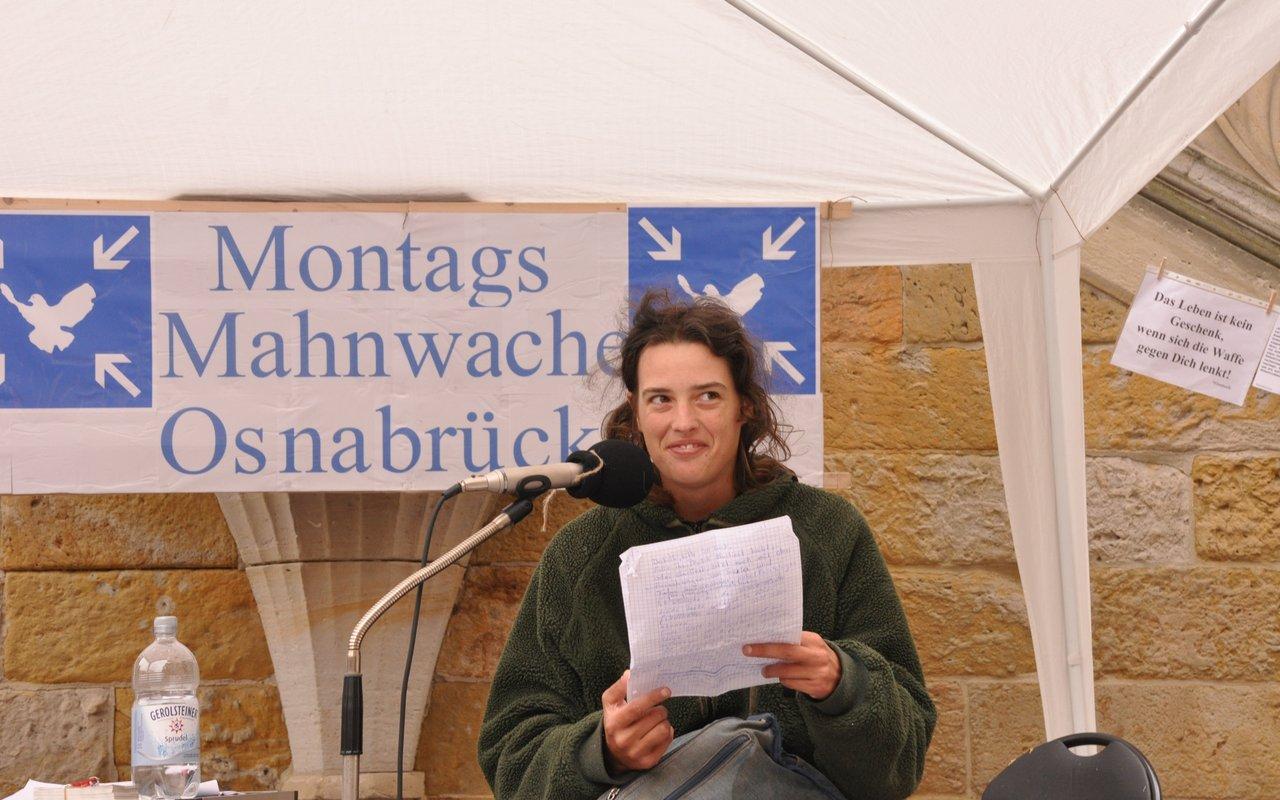 05-spontane-ansprache-elisa-montagsmahnwache-osnabrueck-16-06-2014-DSC_0039