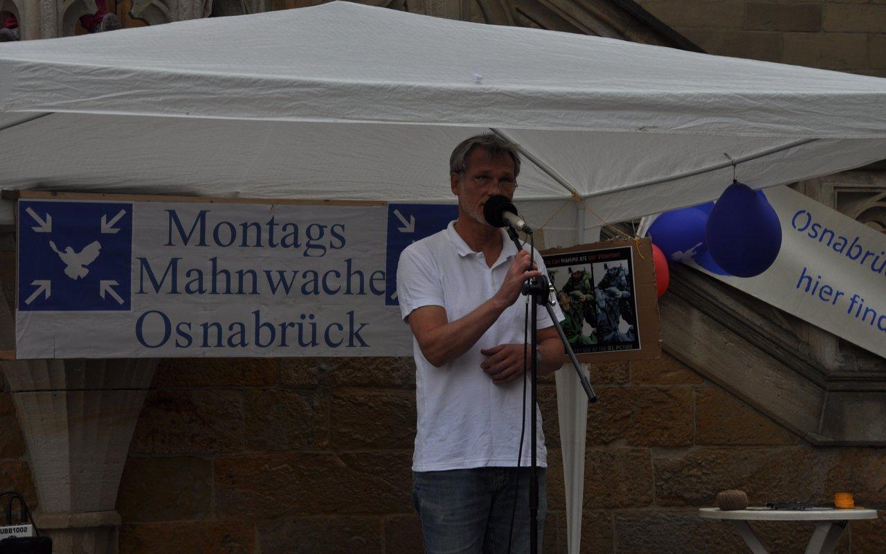 01-einfuehrungsansprache-wolf-montagsmahnwache-osnabrueck-26-05-2014-DSC_0401