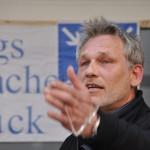 Wolfgang Wiedenbrück, Mitinitiator, Eingangsansprache mit anschließender Schweigeminute für den Frieden auf der MontagsMahnwache Osnabrück am Heger Tor 05.05.2014